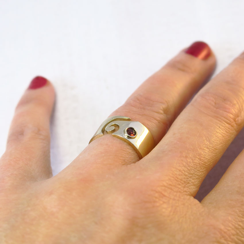 Na-roki-zlat-prstan-granat