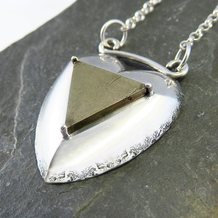 Ogrlica-trikotnik-srce-pirit