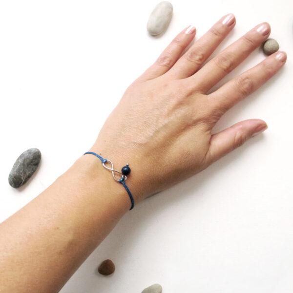 zapestnica-neskoncnost-kristal-lapis-lazuli roka