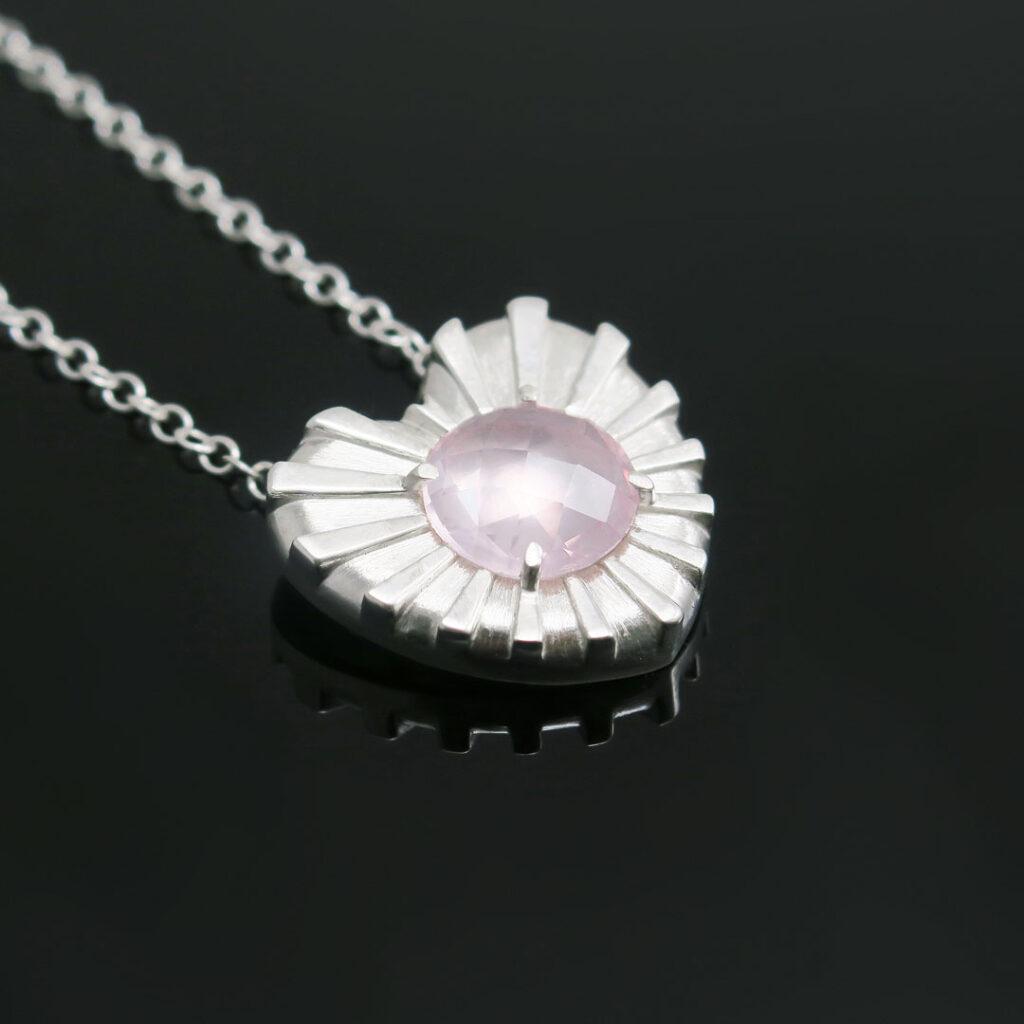 Intuitivni-nakit-ogrlica-rozevec-srce