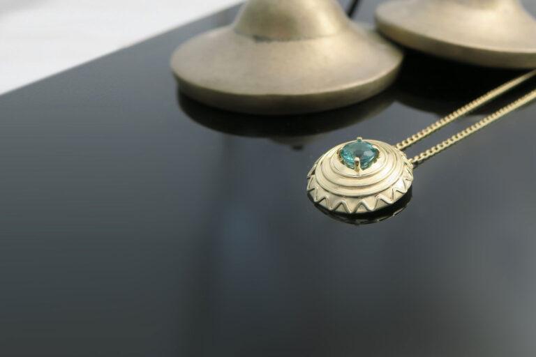 Intuitivni-nakit-ogrlica-smaragd-zlata-mandala